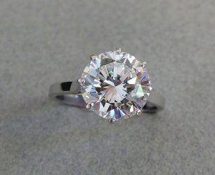 Bague or blanc, solitaire en diamant taillé brillant